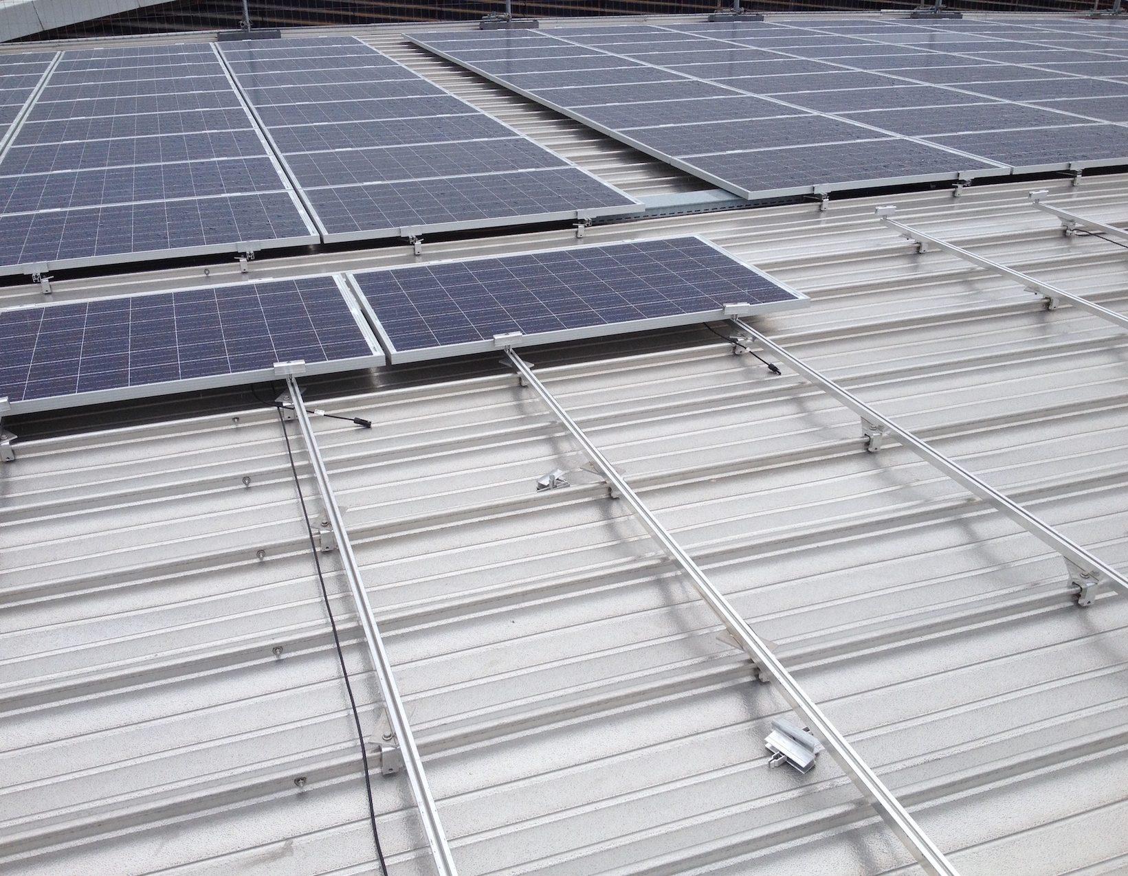 Photovoltaik-Montage mit Schienensystem auf S-5! Q-Mini Klemmen. Projekt Curling Halle in Genf.